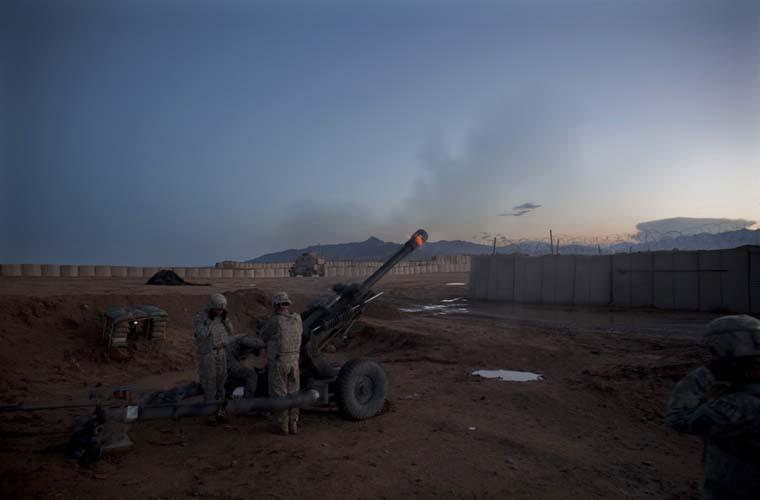 Soldados disparam contra forças afegãs, na cidade de Wardak.