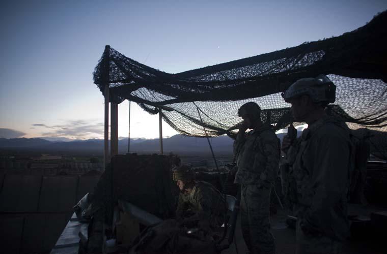 Capitão Haig passa instruções a sua equipe em um posto avançado na cidade de Wardak.