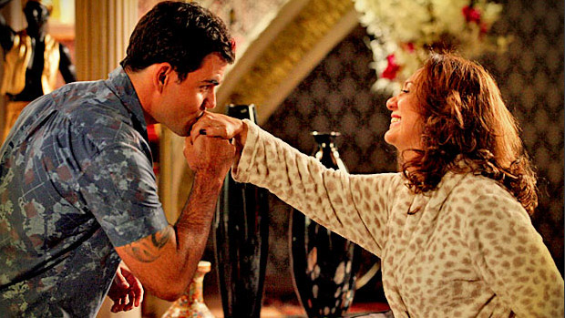 Adauto (Juliano Cazarré) pede Muricy (Eliane Giardini) em casamento