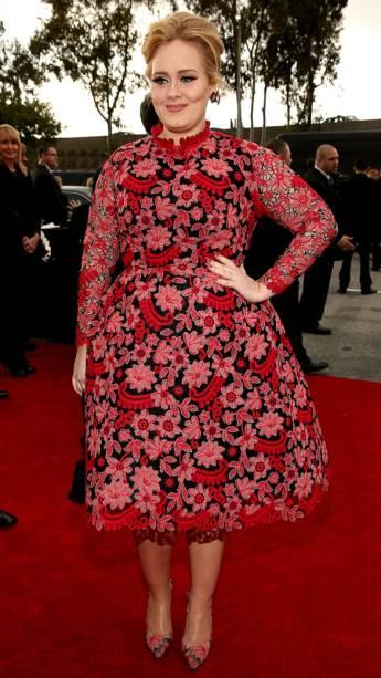 Adele chega ao Grammy Awards com um vestido comportadíssimo e muito elegante