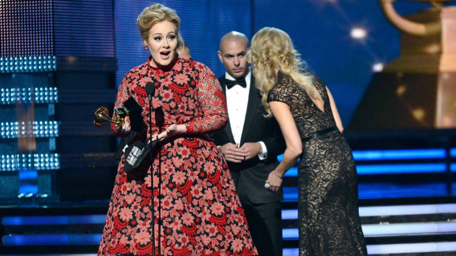 Adele recebe o prêmio de melhor performance pop solo, por Set Fire to The Rain