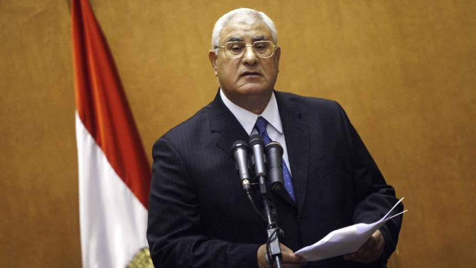 Adly Mansour presta juramento como presidente interino do Egito