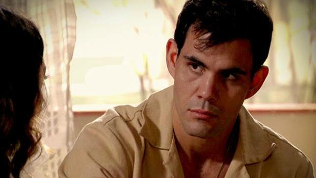 Adauto (Juliano Cazarré) é viciado em chupeta