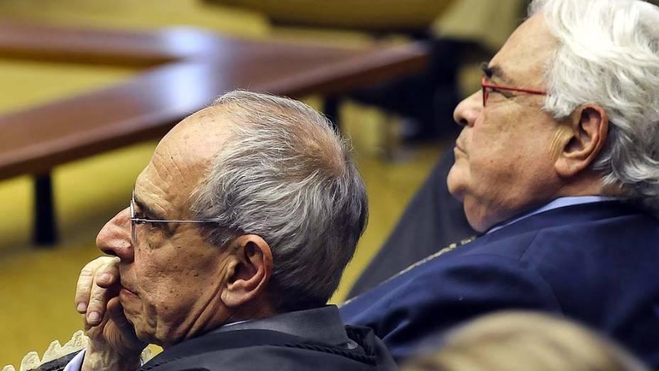 Os advogados Márcio Thomaz Bastos, que representa José Roberto Salgado, ex-dirigente do Banco Rural, e José Carlos Dias, defensor da ex-presidente do Banco Rural, Kátia Rabello, durante julgamento do mensalão, em 08/08/2012
