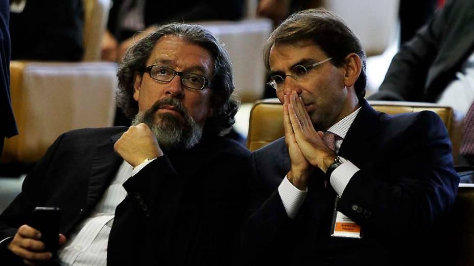 Os advogados Antônio Carlos de Almeida Castro (Kakay) e José Luiz de Oliveira Lima conversam na abertura da sessão do julgamento do mensalão, em 08/08/2012