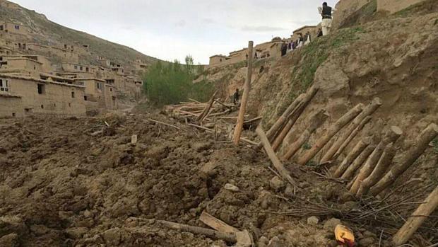Pessoas buscam sobreviventes depois de um deslizamento na província de Badakhshan, no nordeste do Afeganistão<br>