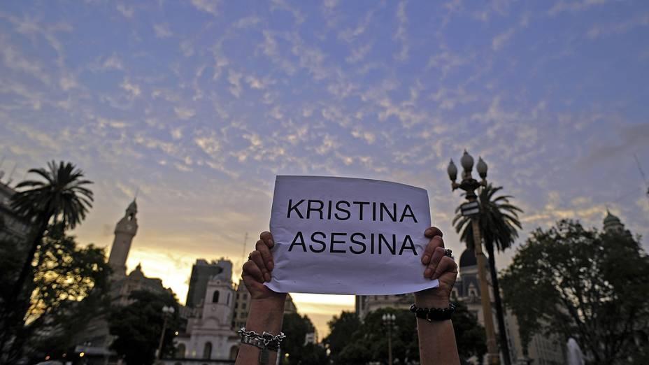 Manifestantes seguram cartazes durante protesto realizado na Praça de Maio, em Buenos Aires