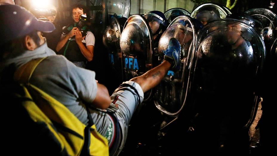 Confronto entre manifestantes e policiais, durante protesto realizado na Praça de Maio, em Buenos Aires