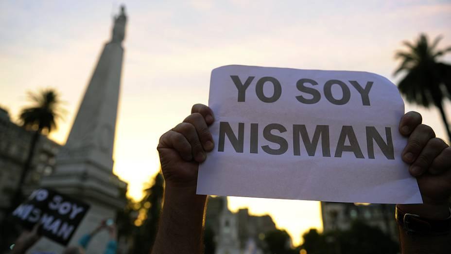 Manifestante com o cartaz Eu sou Nisman durante protesto realizado na Praça de Maio, em Buenos Aires