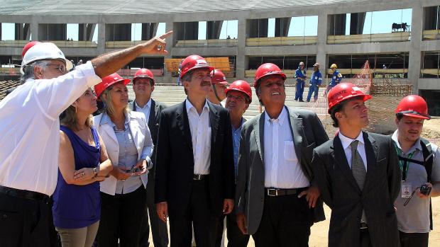 O ministro dos esportes, Aldo Rebelo, confere o andamento das obras do Maracanã, no Rio de Janeiro
