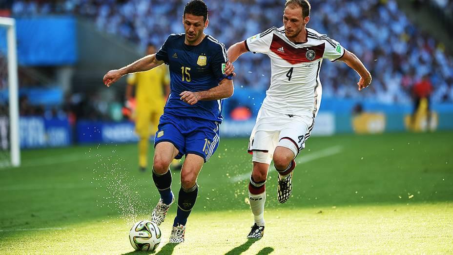 O argentino Demichelis é marcado pelo jogador da Alemanha na final da Copa no Maracanã, no Rio