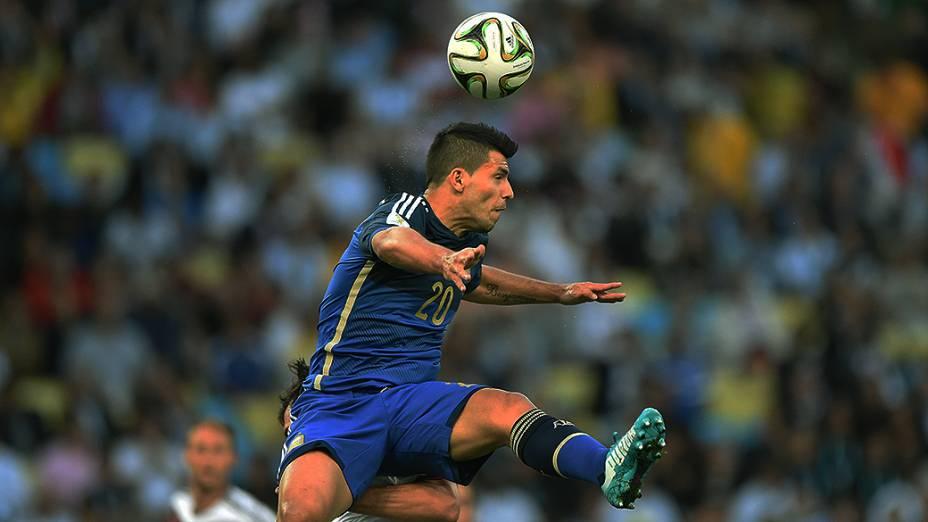O argentino Agüero cabeceia a bola no jogo contra a Alemanha na final da Copa no Maracanã, no Rio