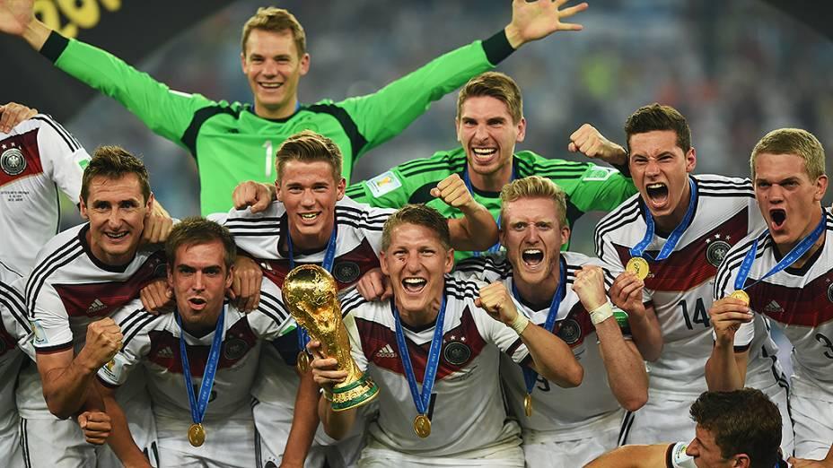 Jogadores da Alemanha posam com a Taça da Copa do Mundo após vencerem a Argentina no Maracanã, no Rio