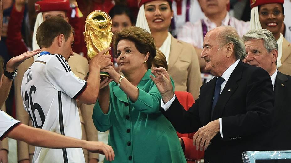 A presidente Dilma Rousseff entrega a taça da Copa para o jogador da Alemanha, no Rio