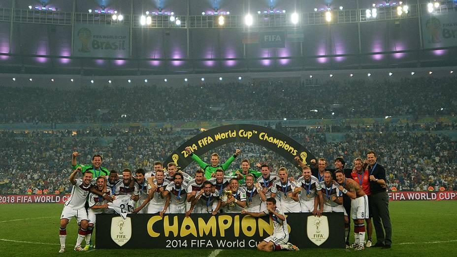 Jogadores da Alemanha comemoram o quarto título da Copa do Mundo no Maracanã, no Rio
