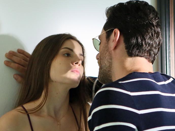 Alex (Rodrigo Lombardi) e Angel (Camila Queiroz) em Verdades Secretas