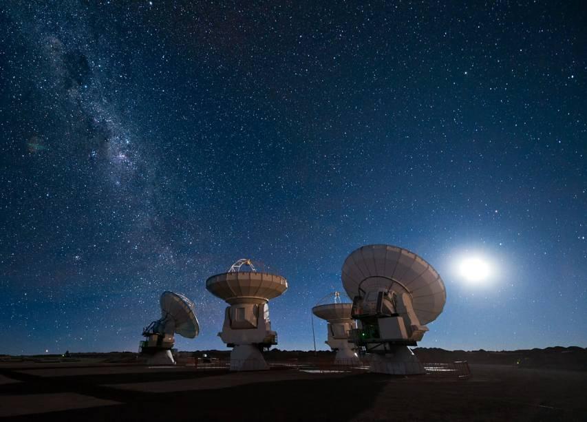 <p>Quatro antenas do ALMA observam o céu noturno no topo do Platô de Chajnantor, no Deserto do Atacama, Chile</p>