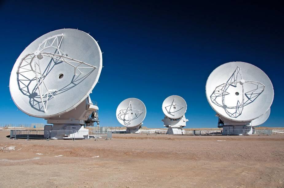 <p>Primeiras antenas de sete metros de diâmetro. Elas chegaram ao complexo do ALMA no dia 24 de agosto de 2011</p>