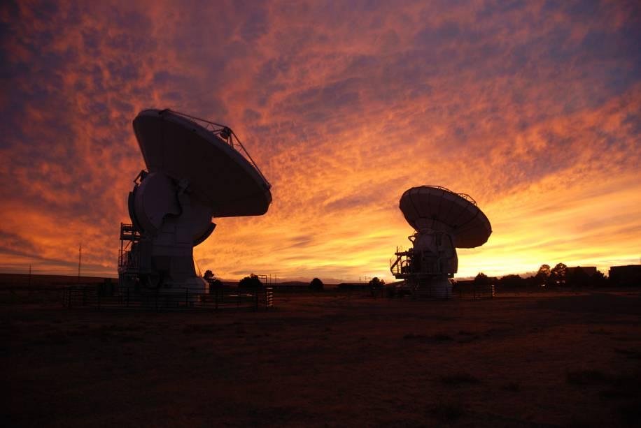 <p>Duas antenas do ALMA no local de testes em Socorro, no Novo México, Estados Unidos. A imagem foi registrada em dezembro de 2008</p>
