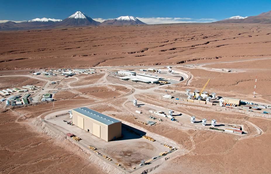 <p>Vista aérea do complexo de operações do ALMA, localizado a 2.900 metros acima do nível do mar, nos pés da Cordilheira dos Andes, próximo da cidade de São Pedro do Atacama, no Chile</p>