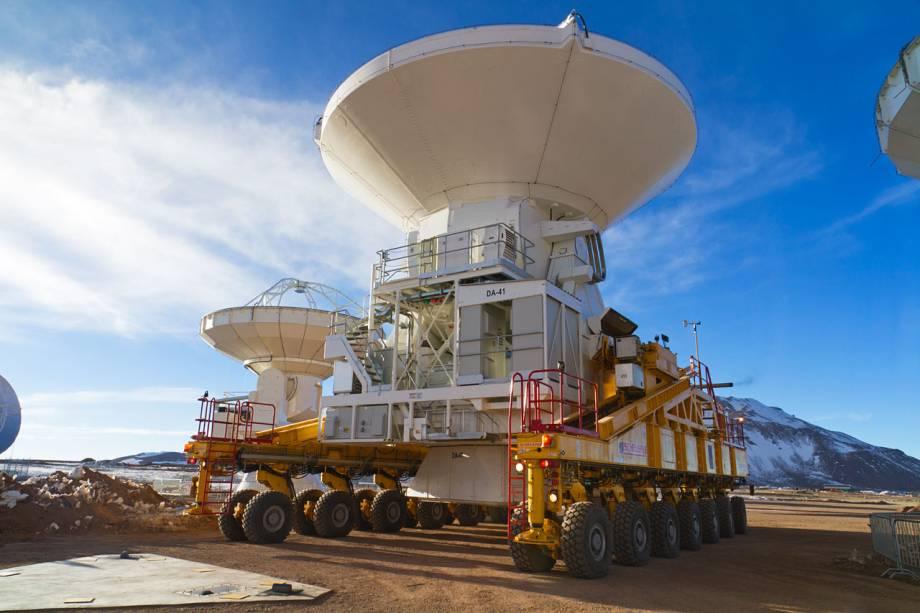 <p>Primeira antena europeia do ALMA é transportada para o pátio de observações, no Platô de Chajnantor, a 5.100 metros de altura, no Deserto do Atacama, Chile. As antenas são transportadas por veículos especiais</p>