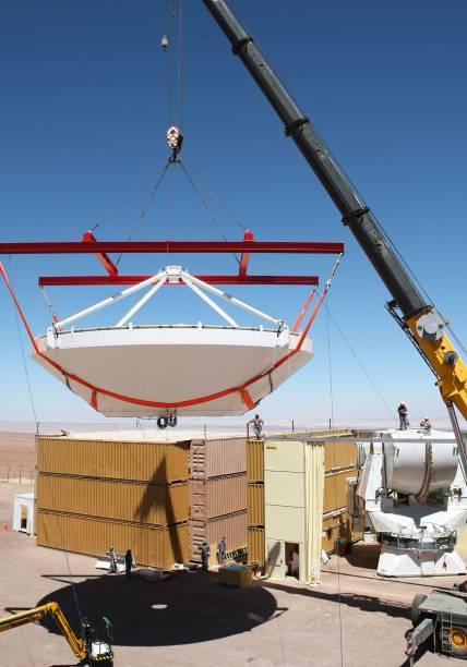 <p>Montagem da segunda antena europeia do ALMA no complexo de operações do observatório astronômico</p>
