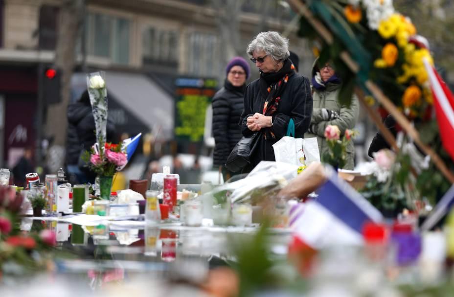 Cidadãos em frente a memorial para as vítimas dos atentados em Paris, na Place de la Republique, durante o Tributo Nacional