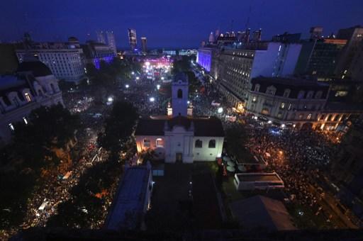 Multidão reuniuda na Praça de Maio, em Buenos Aires, na despedida de Cristina Kirchner da Presidência da Argentina