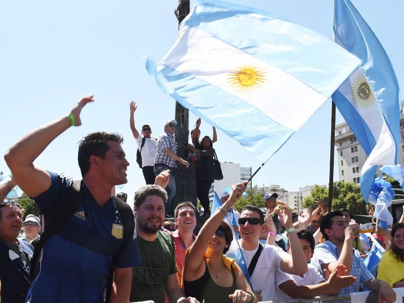 Público aguarda a posse do novo presidente da Argentina Mauricio Macri em Buenos Aires, na manhã desta quinta-feira (10)