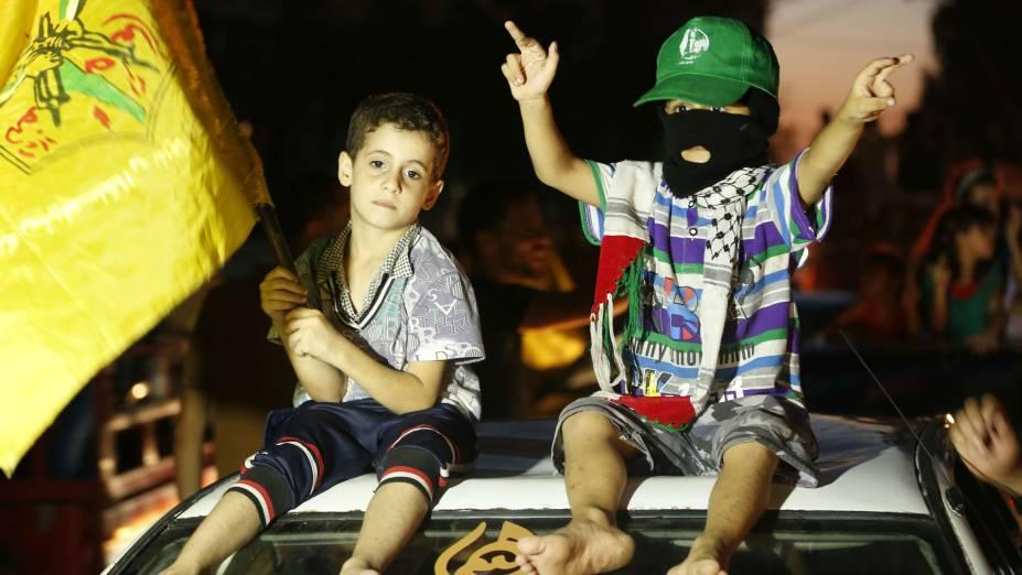 Palestinos colocaram crianças nas ruas para festejar o acordo de cessar-fogo entre Israel e o Hamas