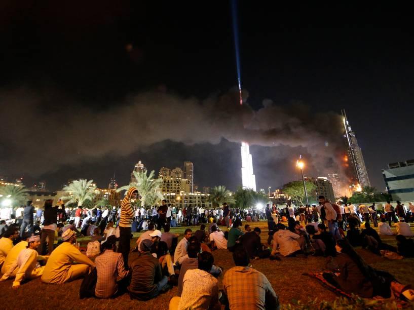 Hotel de luxo pega fogo no centro da cidade de Dubai, nos Emirados Árabes. Pessoas se reuniam para assistir à queima de fogos quando o incêndio começou