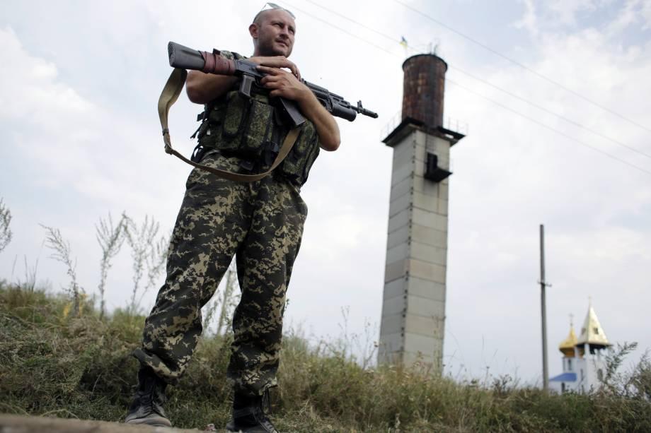 Soldado ucraniano em posto de controle perto da cidade de Donetsk, a maior do leste da Ucrânia