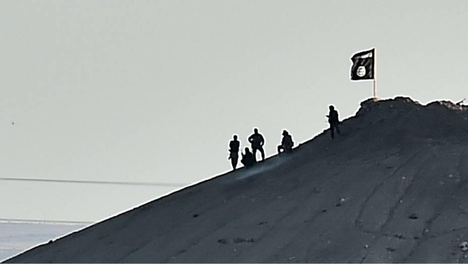 Terroristas do Estado Islâmico (EI) são vistos em morro próximo à cidade de Kobane, região fronteiriça entre a Síria e a Turquia
