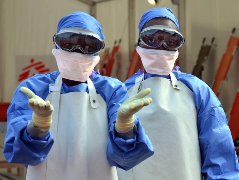 Profissionais de saúde do grupo Médicos Sem Fronteiras trabalham na Libéria, um dos países mais afetados pelo ebola, em 18 de outrubro de 2014