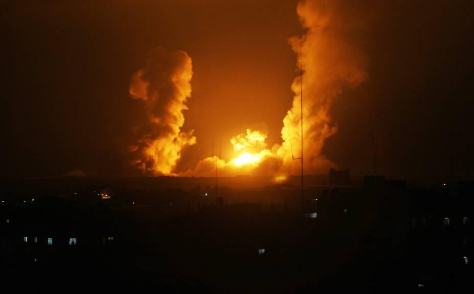 Caças de Israel despejam bombas sobre a Faixa de Gaza em retaliação à morte de jovens israelenses