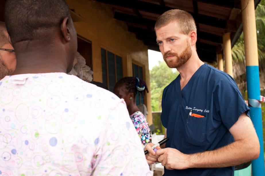 Imagem mostra o médico americano Kent Brantly na Libéria. Ele contraiu o ebola enquanto realizava trabalho voluntário no país