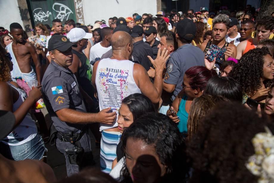 Uma multidão seguiu o Bloco das Poderosas sob o comando da musa do funk Anitta, na avenida Primeiro de Março, no centro do Rio de Janeiro