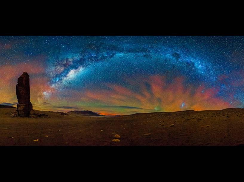 <p>Este lugar se chama Monjes de la Pacana e fica perto da tríplice fronteira entre Bolívia, Chile e Argentina, conta o fotógrafo Adhemar Duro Jr.</p>