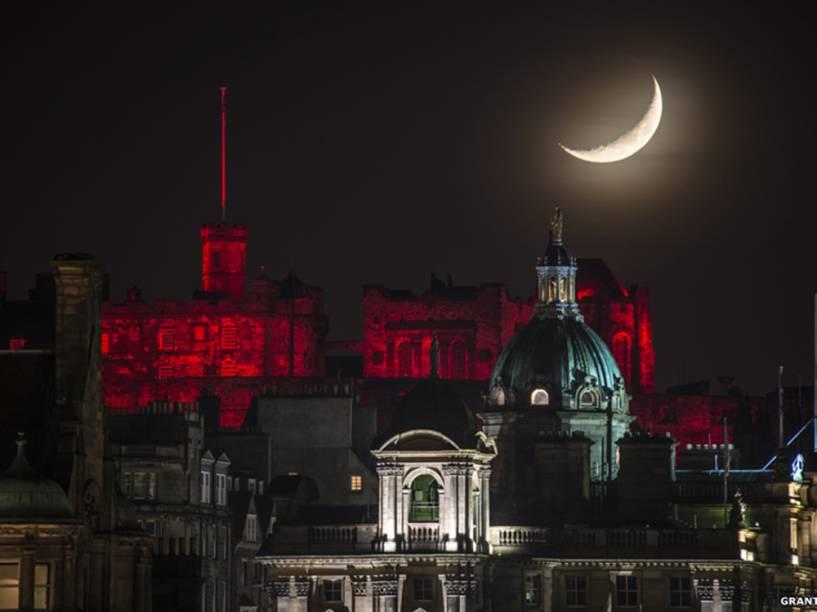 <p>Vista da Lua sobre o Castelo de Edimburgo, Escócia. A foto foi feita no Natal de 2014 e enviada por Grant Ritchie</p>