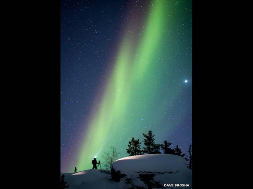 <p>Dave Brosha fotografou seu colega Paul Zizka, que tentava tirar fotos da aurora boreal</p>