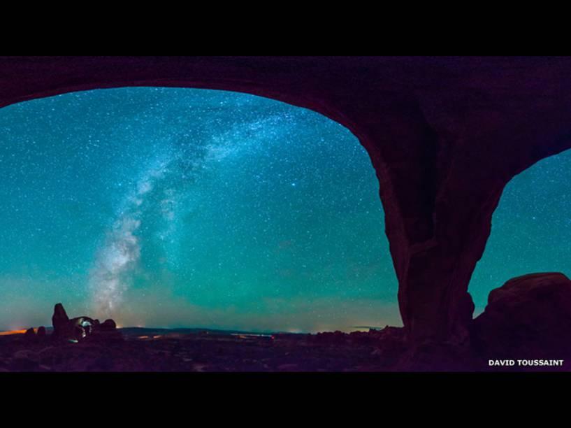 <p>Vista panorâmica do céu no Parque Nacional de Arches, por David Toussaint. A foto foi composta a partir de 20 imagens diferentes</p>