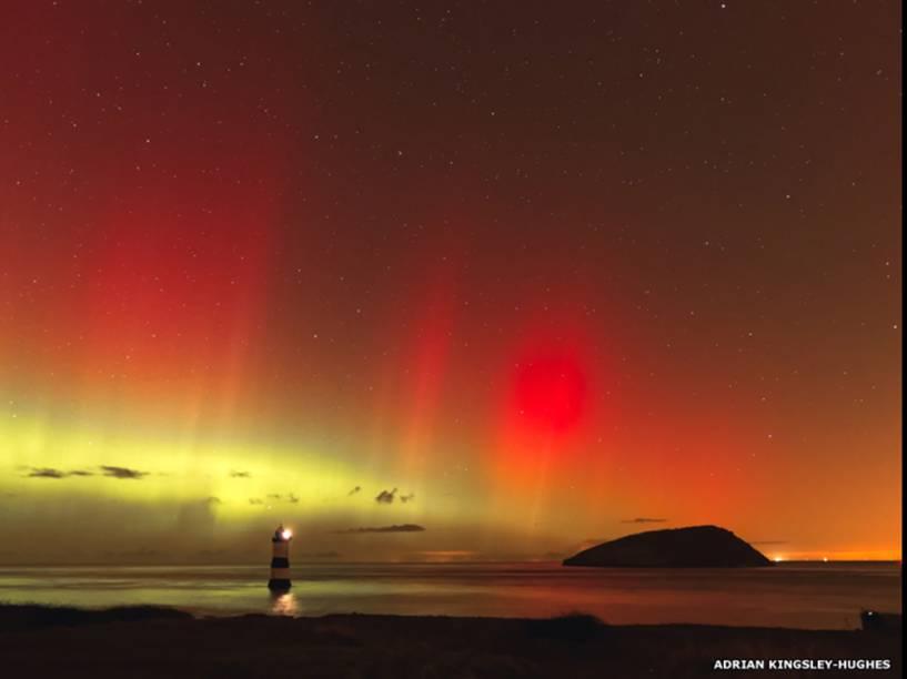 <p>Vista da Aurora Boreal, em Trwyn Du, Anglesey, norte do País de Gales. Foto de Adrian Kingsley-Hughes</p>