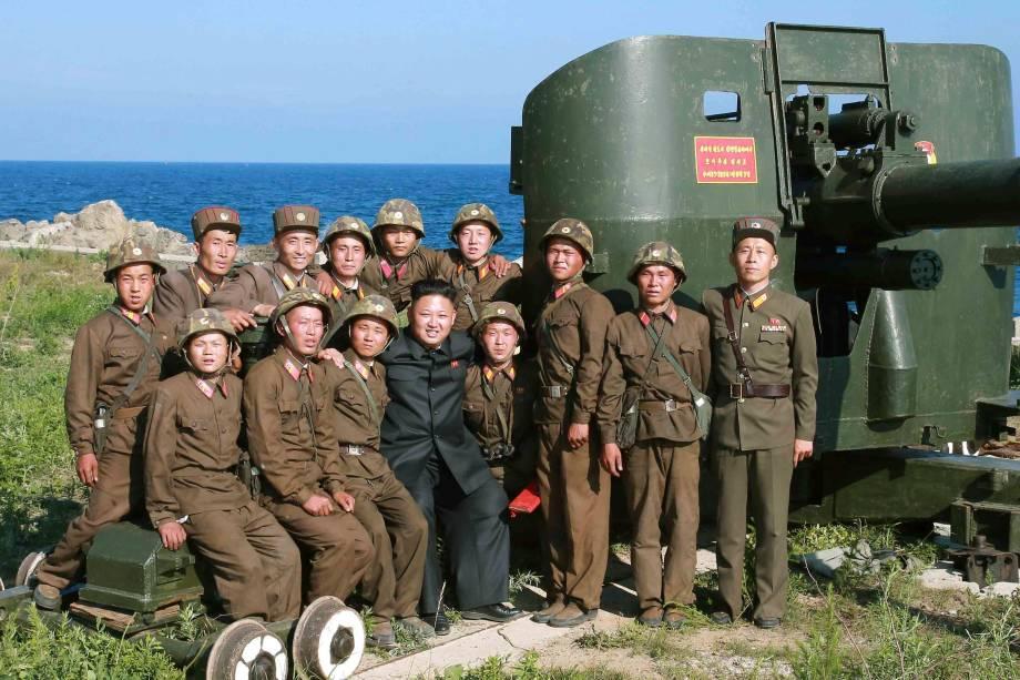 Kim Jong-un posa com soldados durante visita a unidade militar na ilha Ung