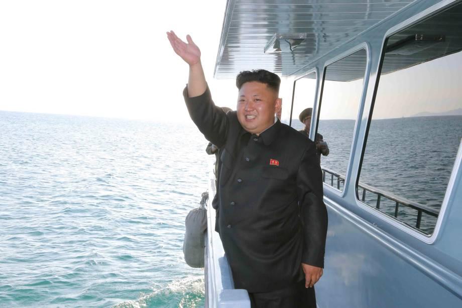 O ditador da Coreia do Norte, Kim Jong-un, acena de um barco durante inspeção de exercícios militares