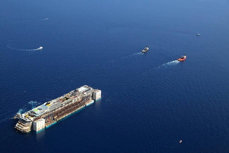 Navios iniciaram o reboque do Costa Concordia até o porto de Gênova
