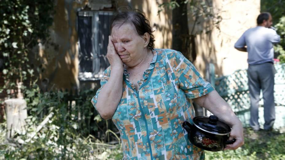Mulher chora após conflito entre rebeldes e militares ucranianos ter deixado mortos nos arredores de Donetsk, ao leste do país