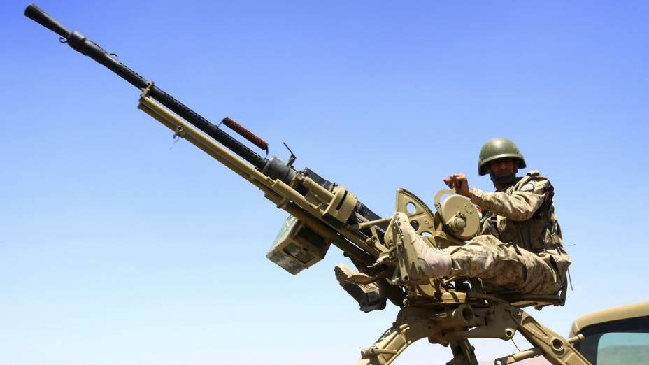 Soldado curdo de prontidão para combater as forças terroristas do EIIL