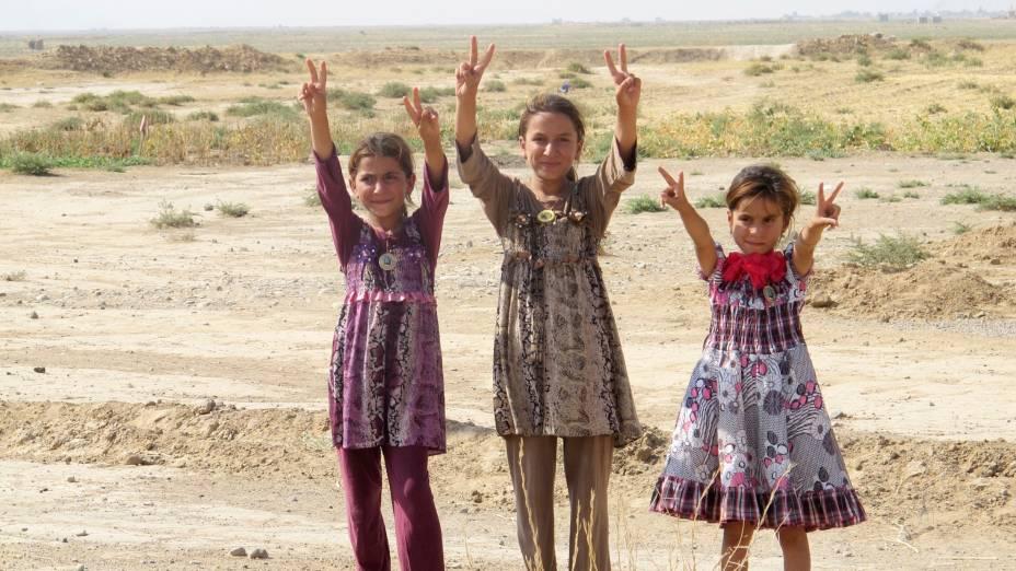 Meninas em gestos de comemoração após o Exército Iraquiano romper o cerco de Amerli, Iraque. A cidade estava sitiada há mais de dois meses - 01/09/2014
