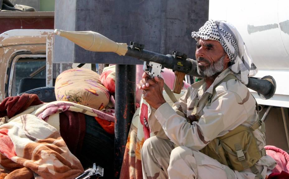 Militar Xiita fica de guarda após destruir o cerco jihadista do Estado Islâmico em Amerli, Iraque - 01/09/2014