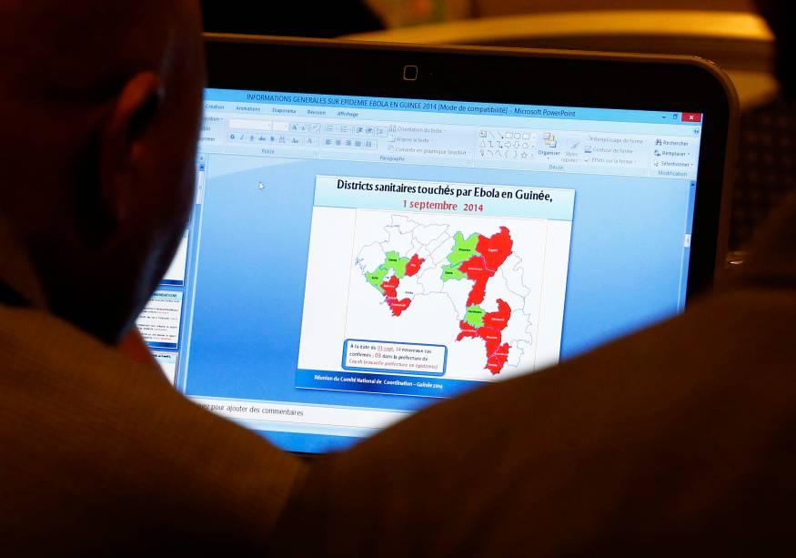 Na abertura do encontro de especialistasem potenciais terapiase vacinaspara a Ebola em Genebra, na Suíça,participante lêdocumento sobre distritos afetados pelo vírusna Guiné